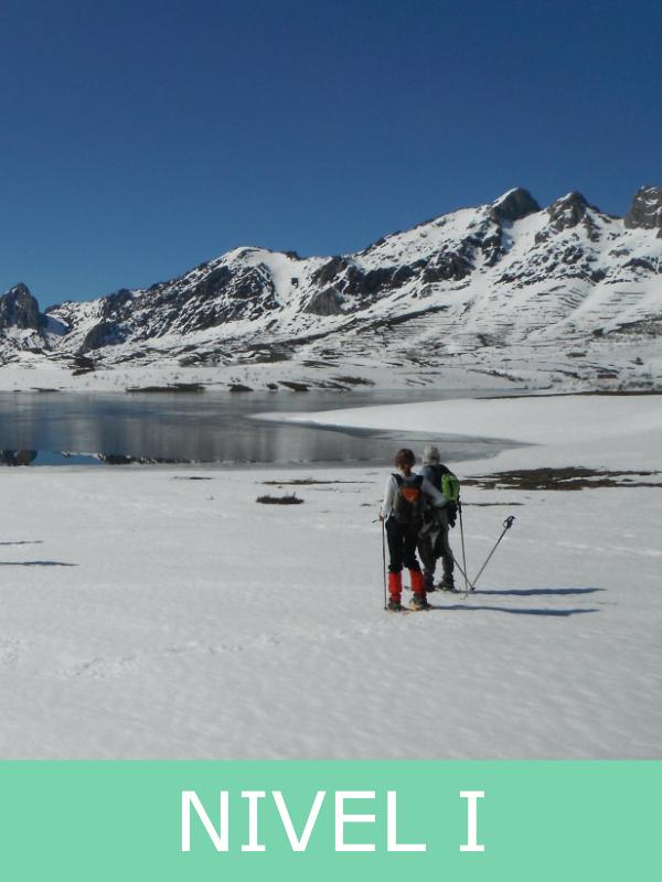 raquetas de nieve en un lago